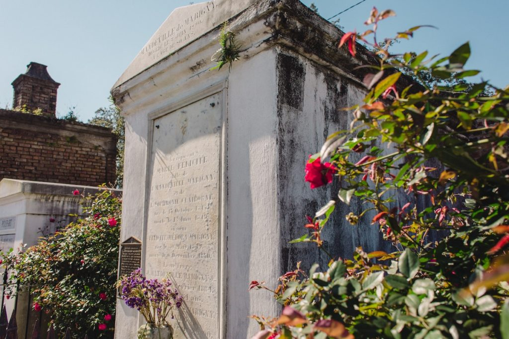 Tomb with roses